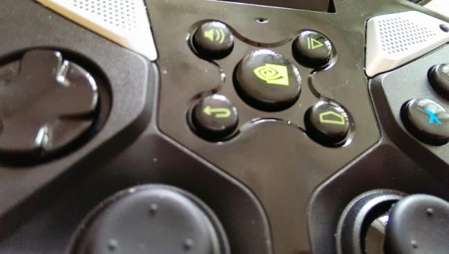 """Klávesy """"home"""" a """"back"""". Jsou umístěny v gamepadové části a nezabírají tak místo na displeji"""