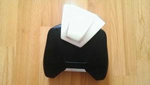 Horní štít drží pomocí magnetu a je výměnný. V základu dostanete tuto kovovou variantu.