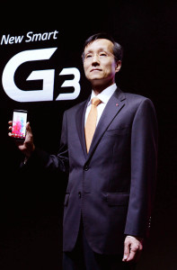 Dr._Jong-seok_Park,_president_of_LG_Mobile_Communication_Company,_shows_the_company's_new_G3_smartphone_prior_to_its_public_introduction_in_Seoul_03
