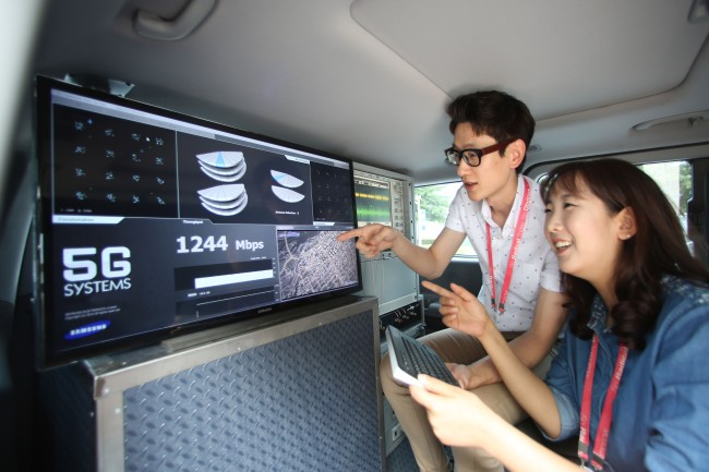Samsung engineers prepare for 5G test on race track - 1