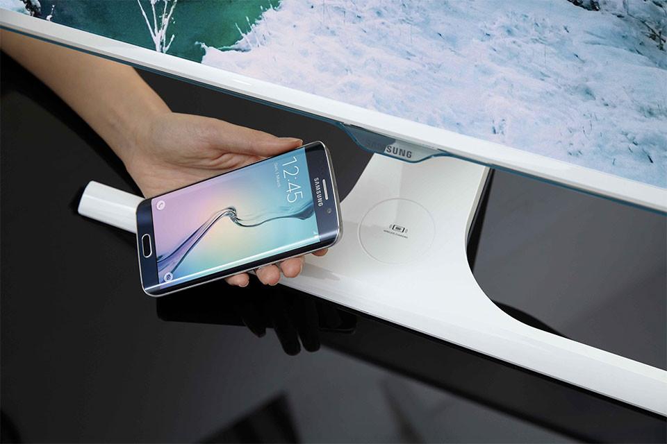 Nejnovější monitor od Samsungu vám může bezdrátově nabít telefon
