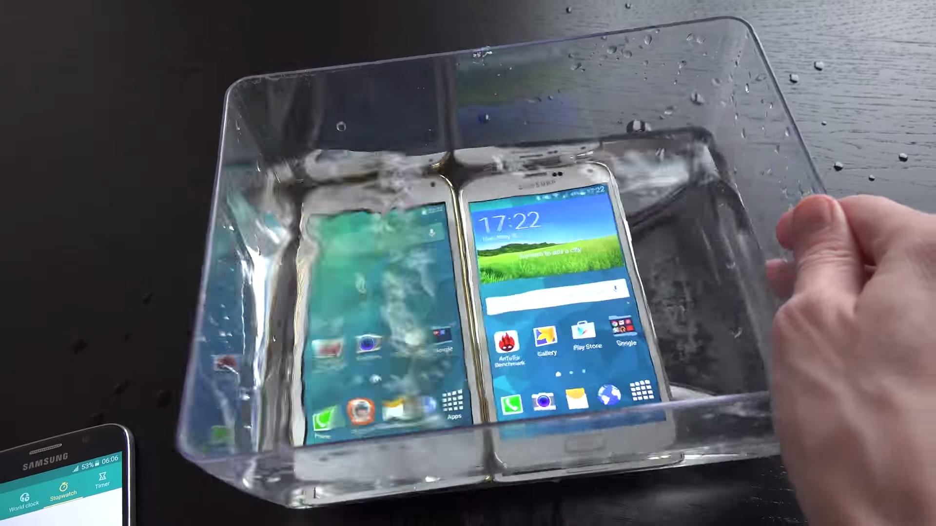 Test s vodou – padělek Samsung Galaxy S5 vs originální S5