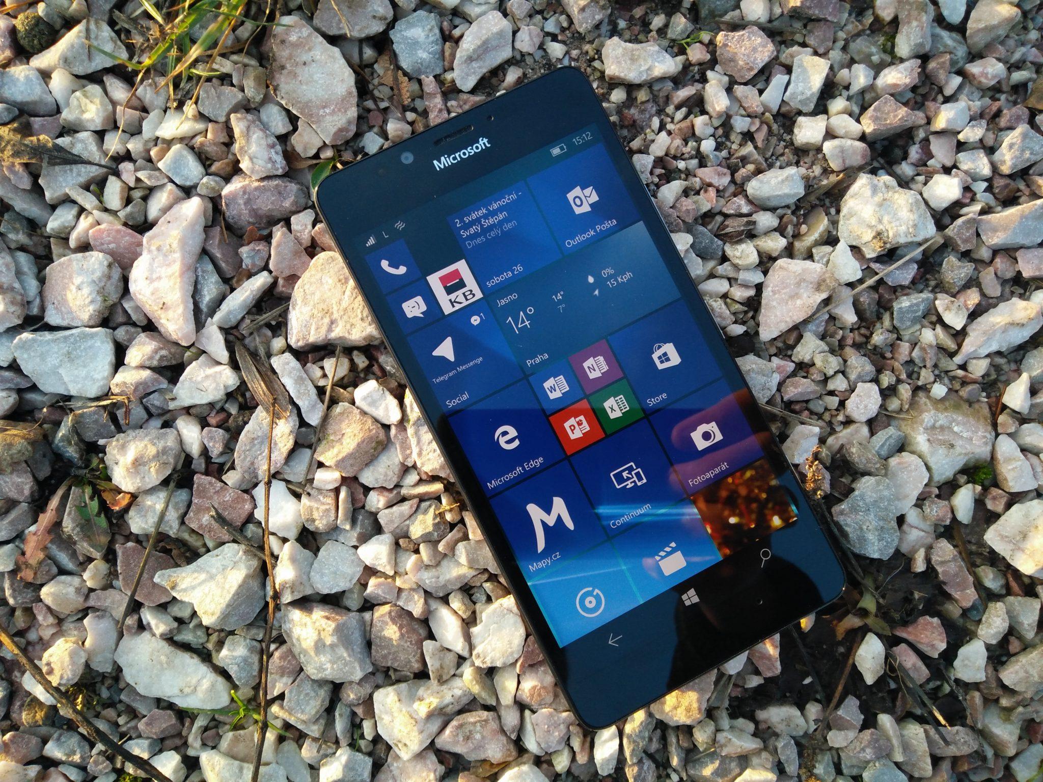 Microsoft Lumia 950 – perfektní hardware, nevyzpytatelný software [recenze]