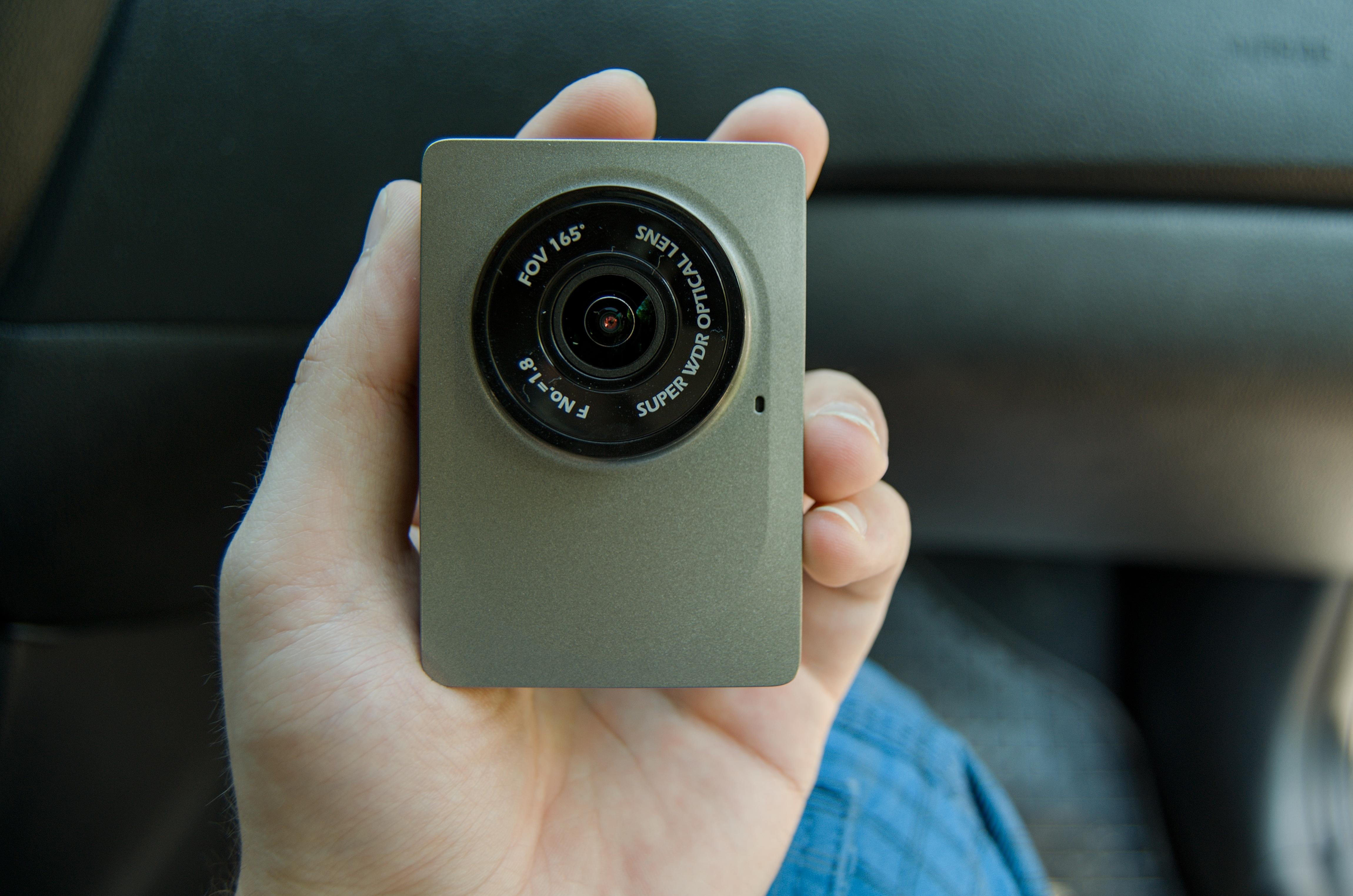 YI Dash kamera jako neviditelná černá skříňka do auta [recenze]