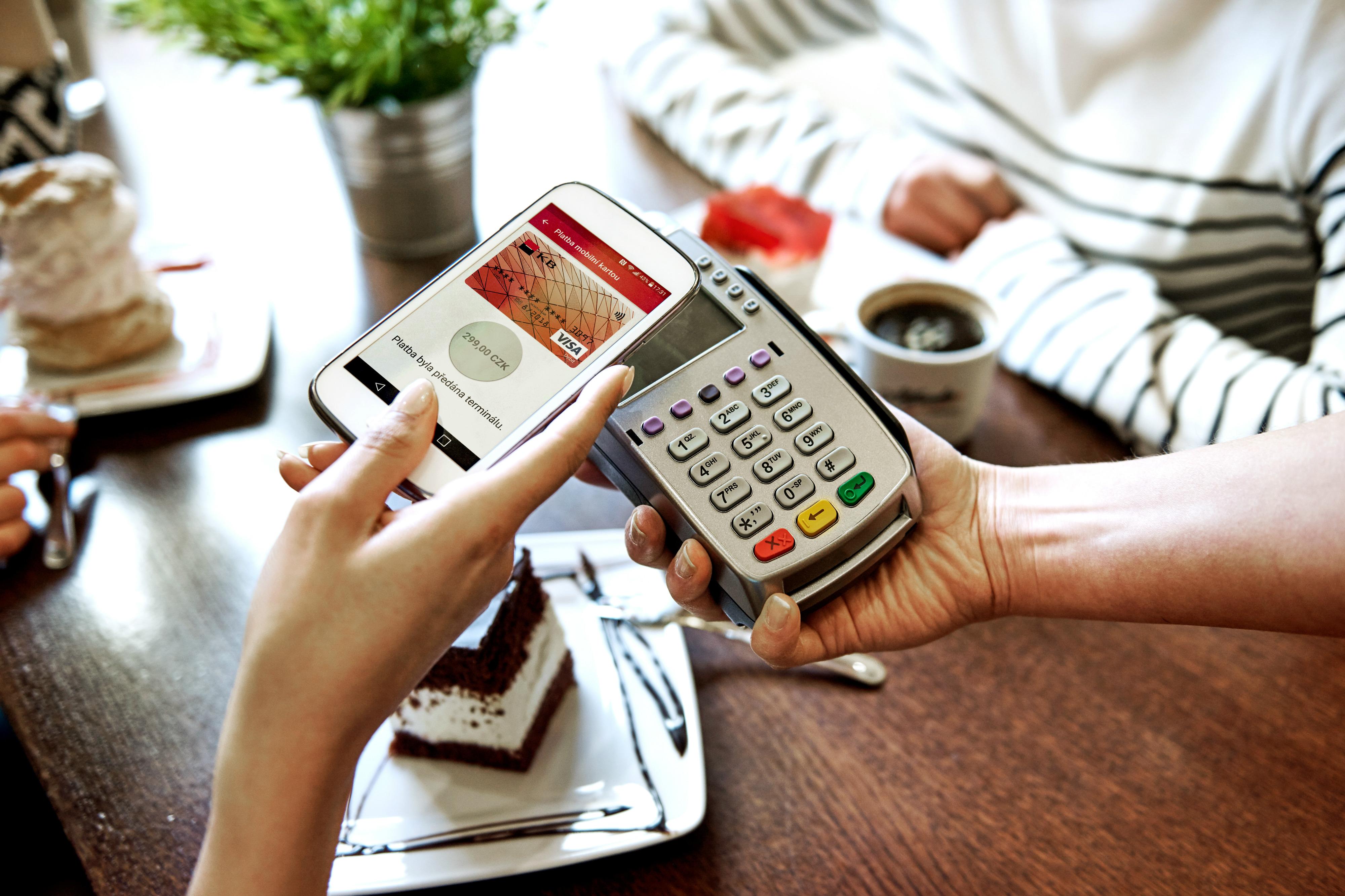 Komerční banka má novou aplikaci, umožňuje bezkontaktní placení mobilem