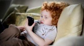 Studie potvrdila, že chytrá zařízení ovlivňují spánek u dětí