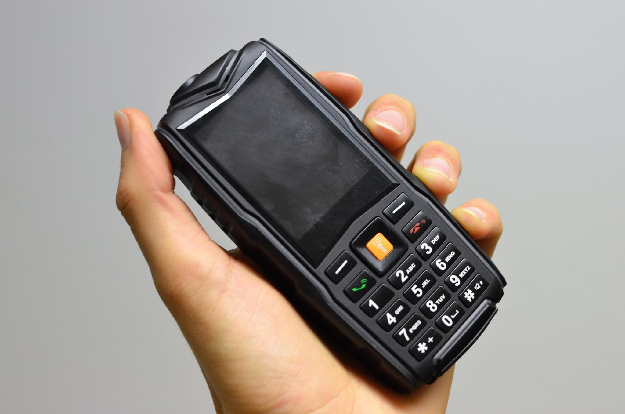 Ysfen F8 – záložní odolný tlačítkový mobil [recenze]