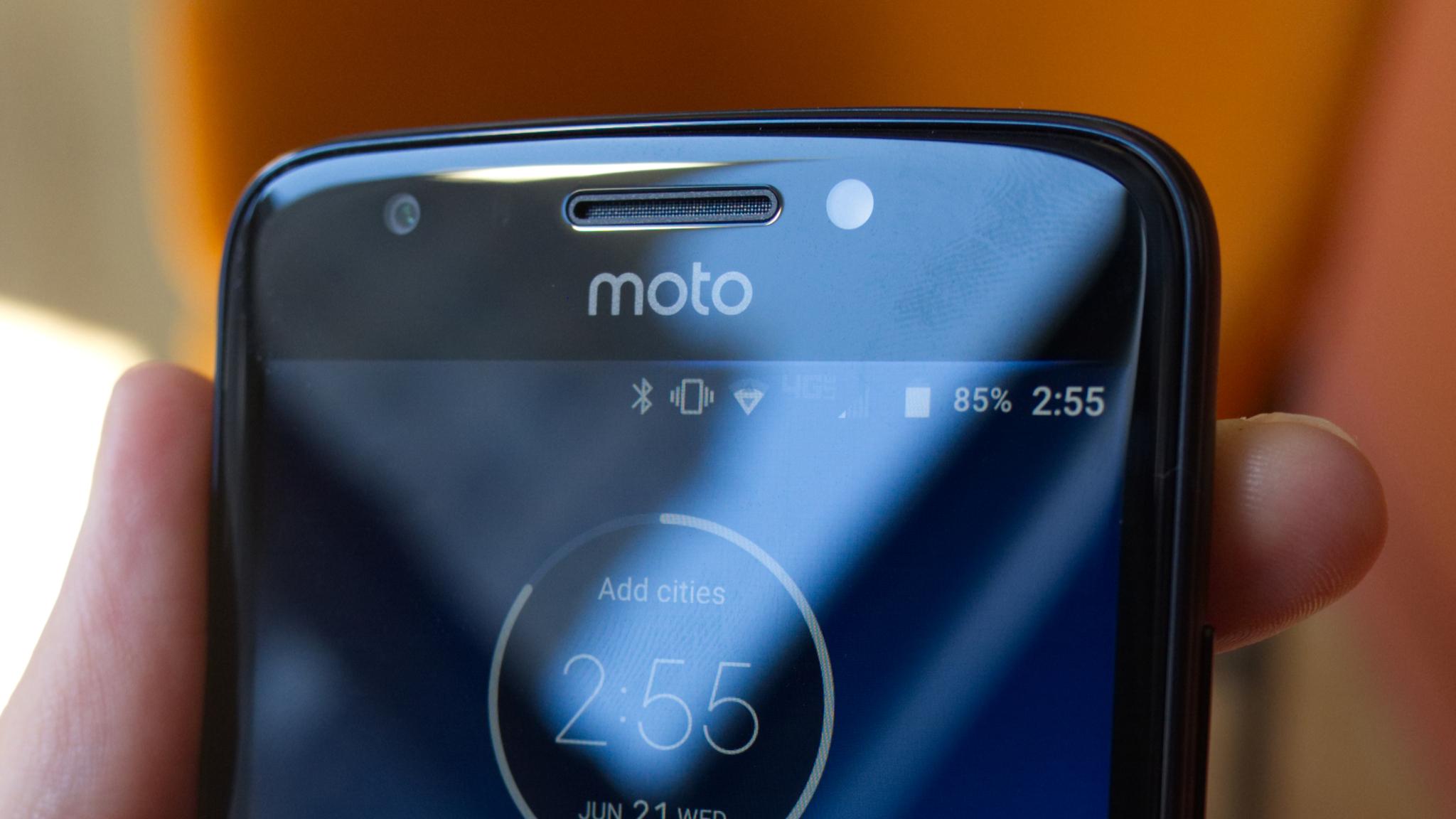 Moto E5 na prvním renderu, stále s microUSB