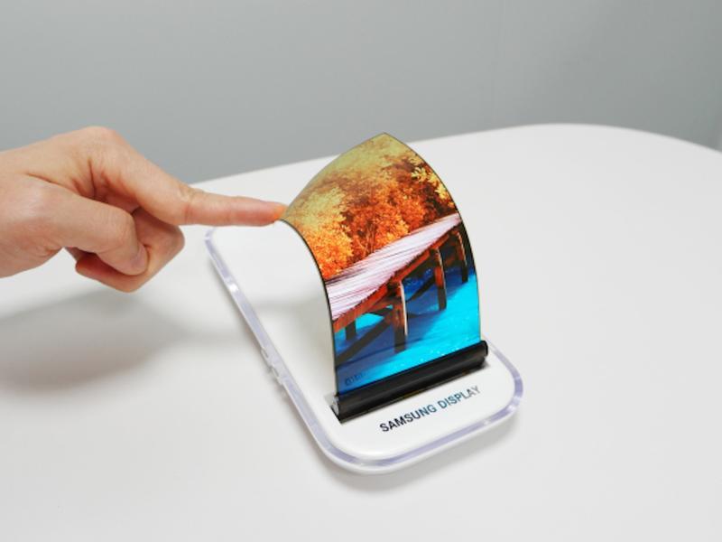 Samsung si patentoval telefon s rolovacím displejem
