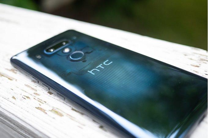 HTC možná přenechá výrobu mobilů jiné firmě