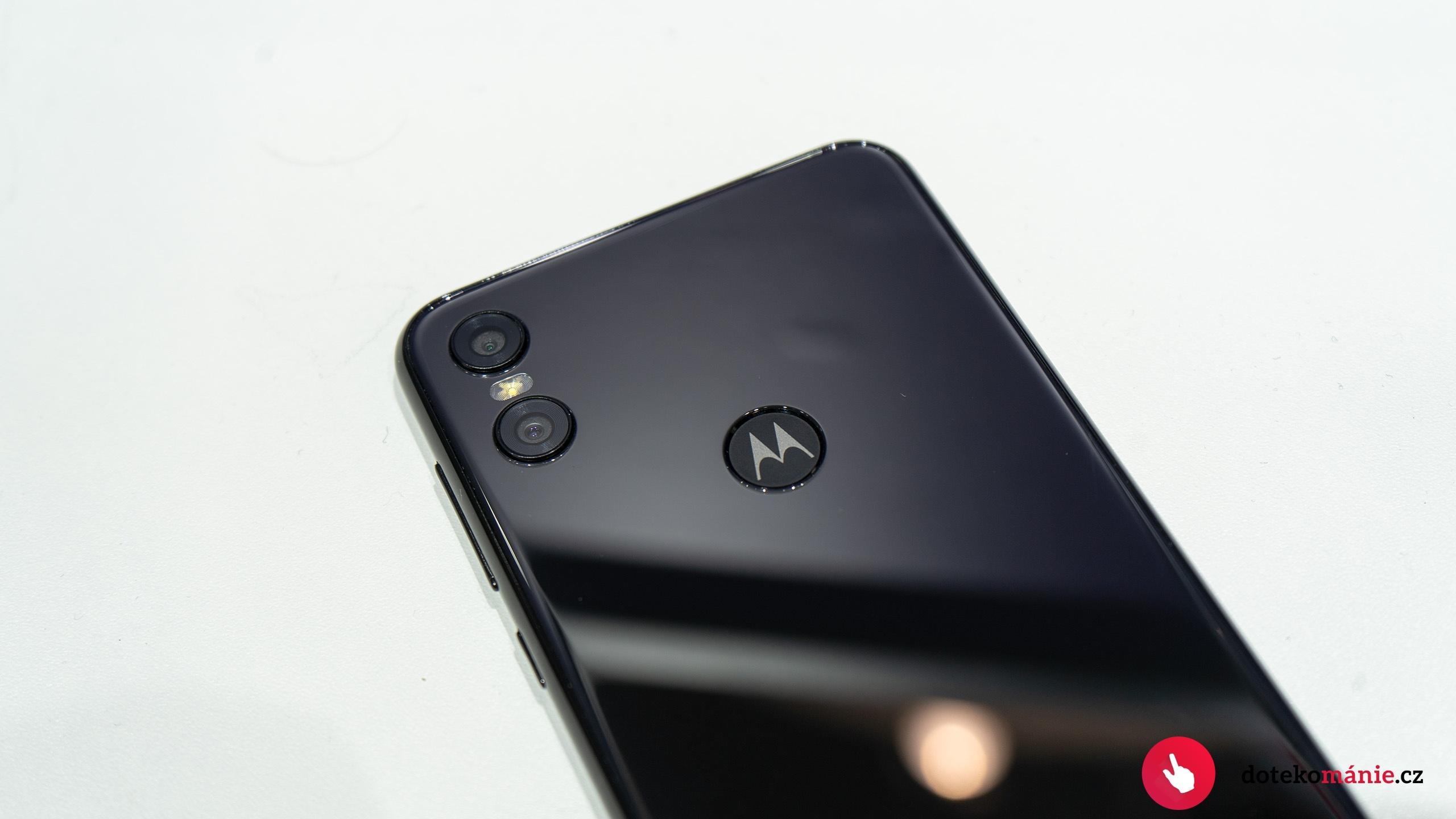 Motorola One – první pohled na novinku s čistým androidem