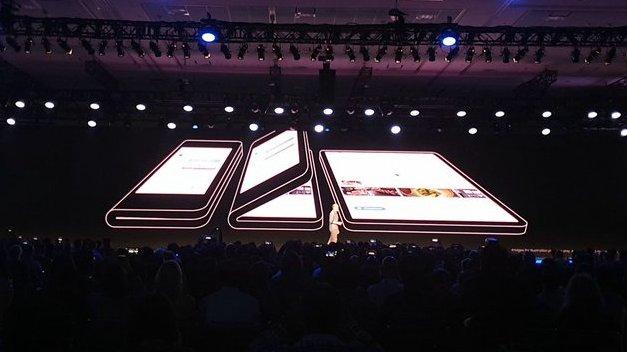 """Samsung """"ukázal"""" ohebný smartphone"""