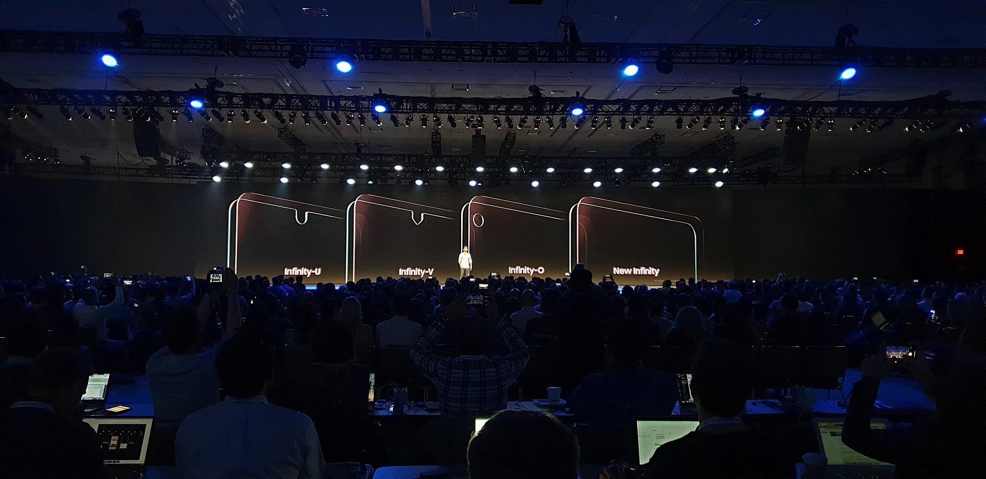 Samsung si pohrává s výřezy v displejích