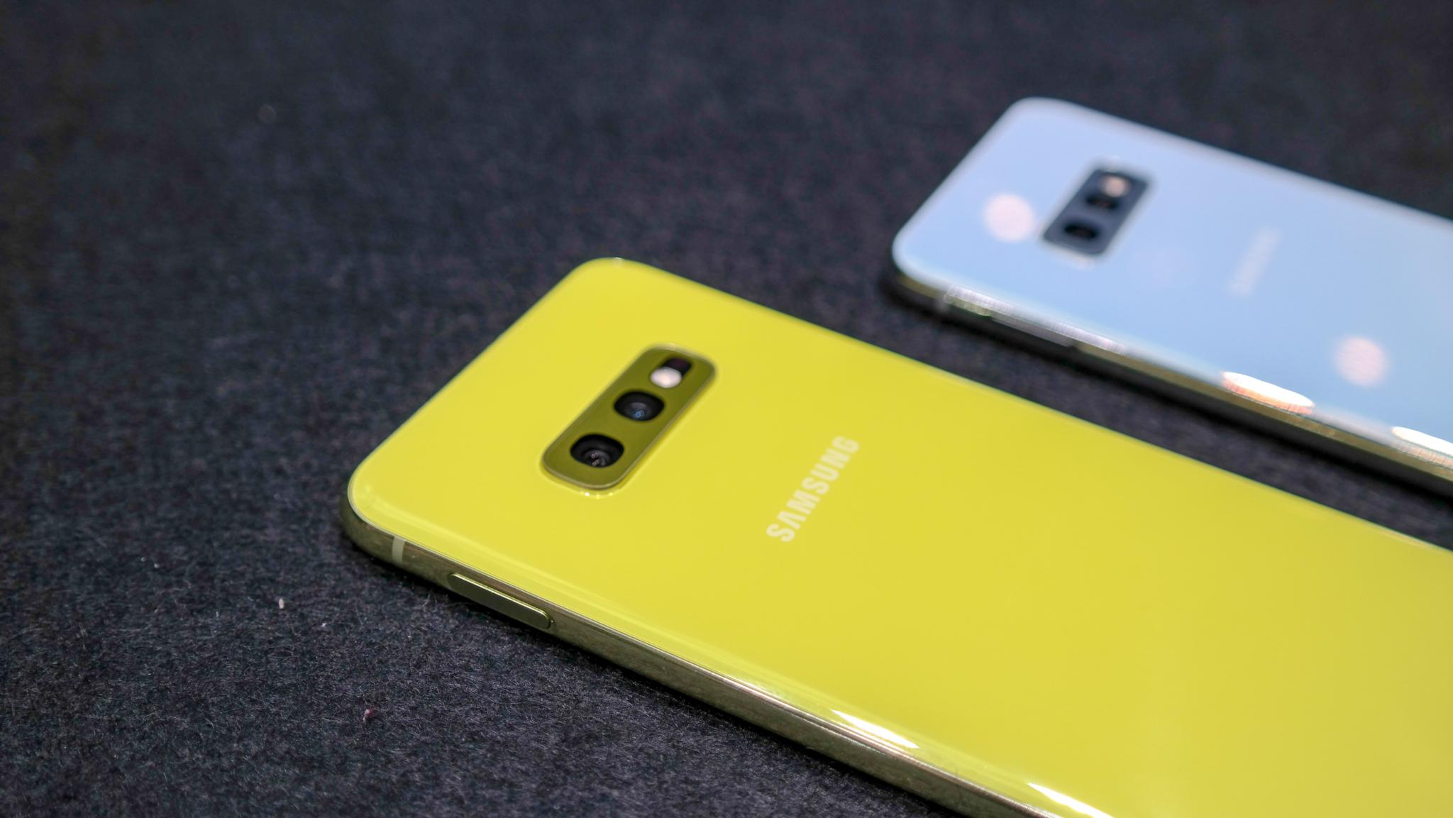 První pohled na levnější Galaxy S10e