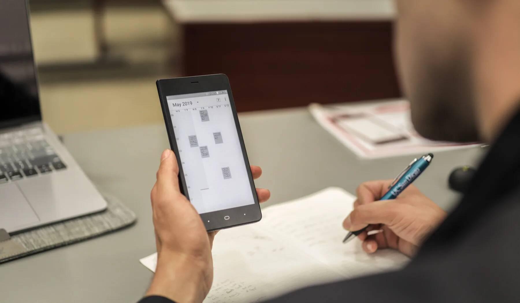 Smartphone Kingrow K1 vydrží dva týdny na jedno nabítí