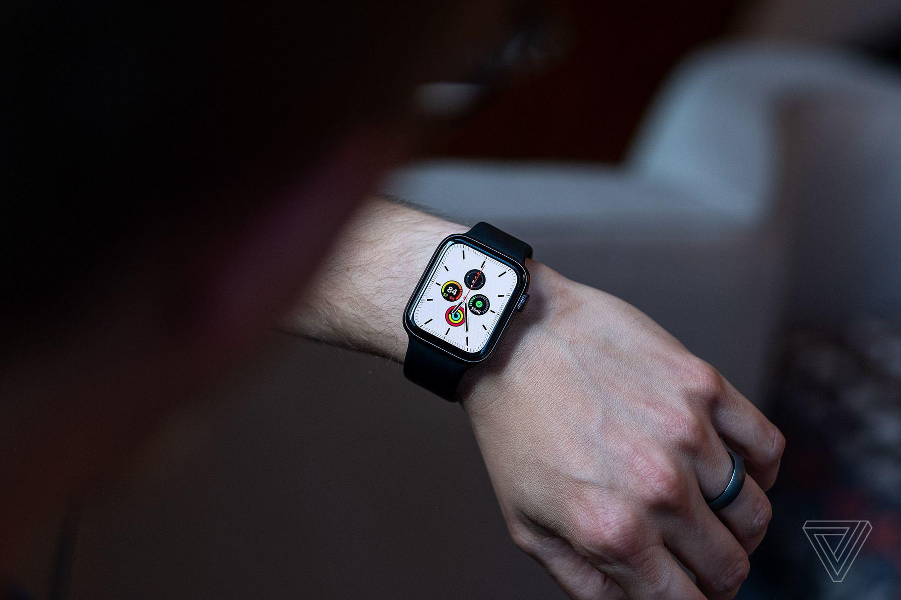 watchOS 6.1 je nyní k dispozici pro Apple Watch Series 1, Series 2