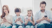 Závislost na chytrých telefonech vede k psychickým problémům, hlavně u dětí