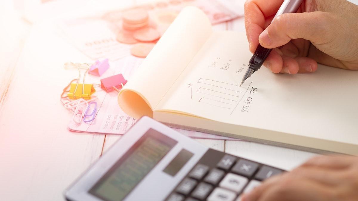 Levné nákupy lákají, jenže až 14 % domácností má problém vyjít s penězi [sponzorovaný článek]