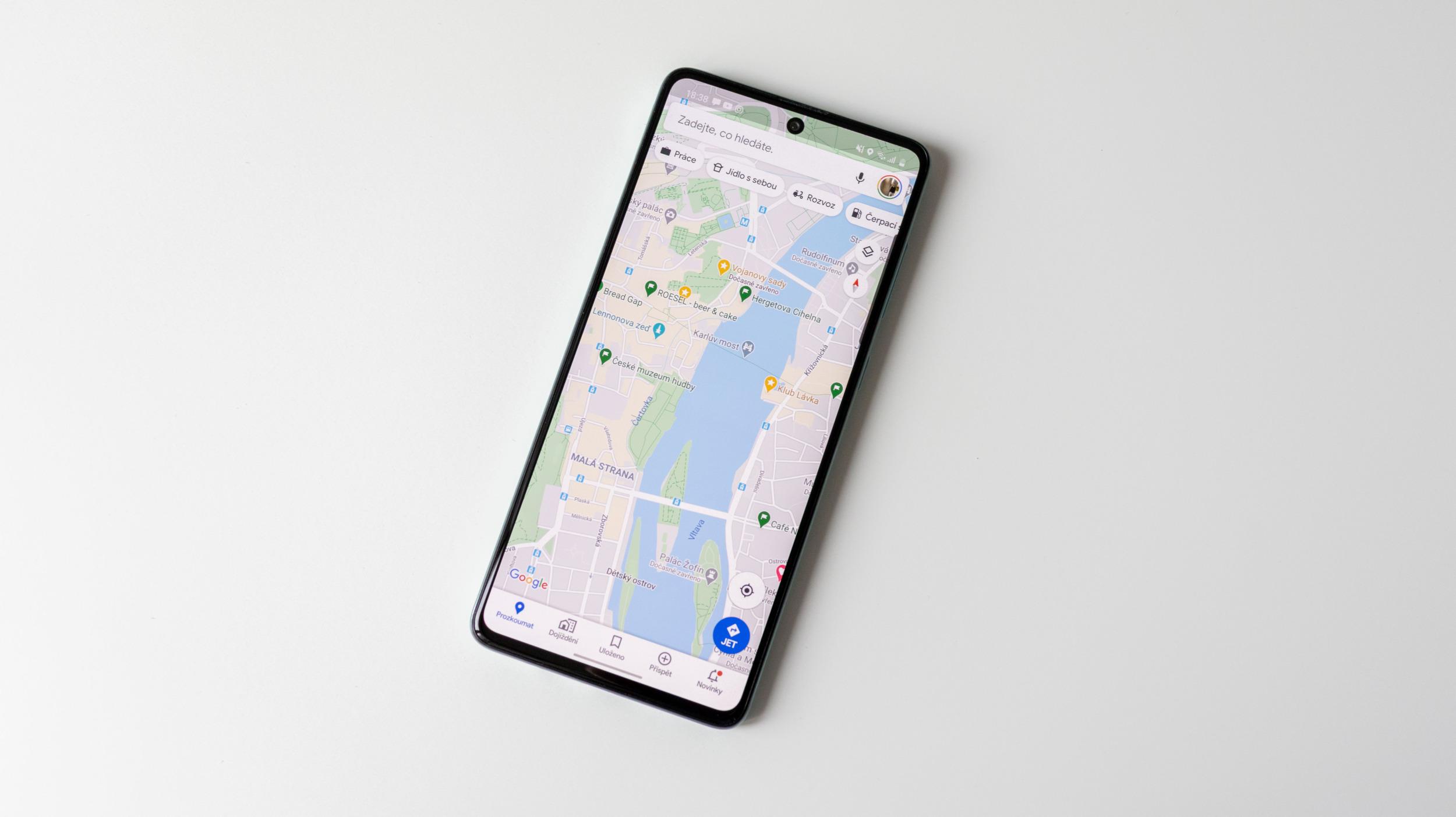 Do Google Map pomalinku míří nový mód s asistentem