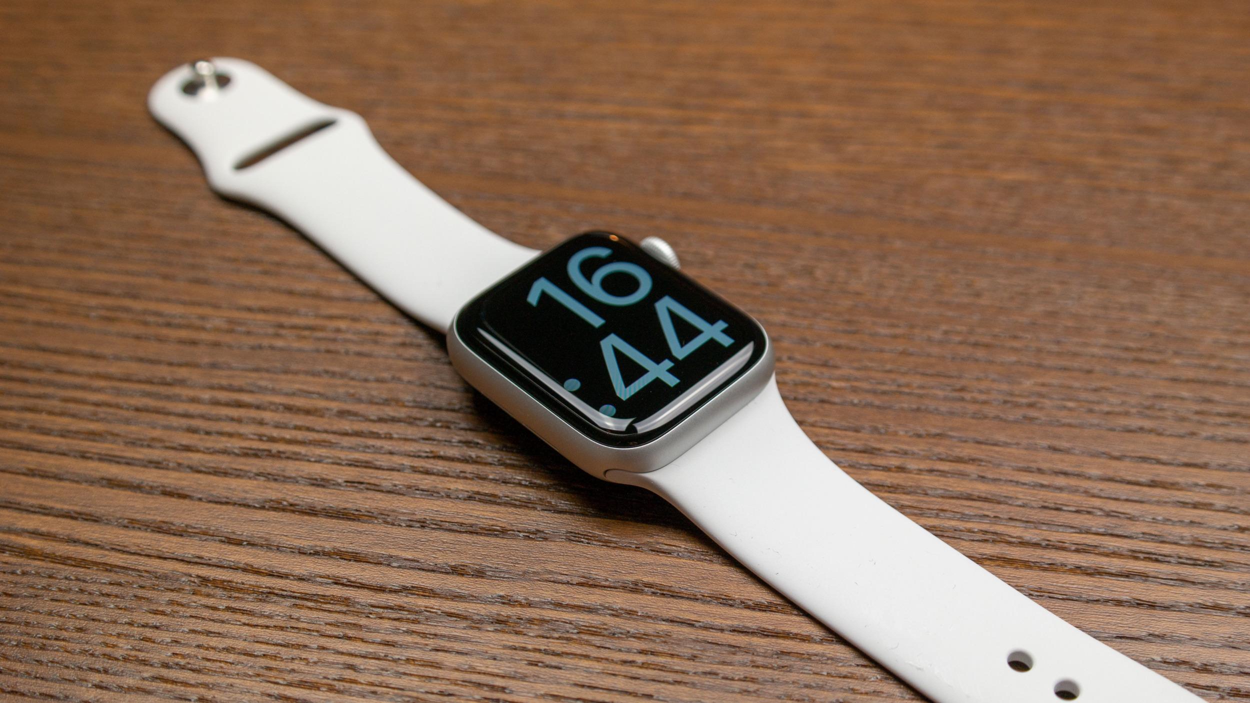 Nové levnější hodinky od Applu mají dorazit již v úterý s designem Apple Watch 4