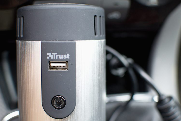 Trust 230 V měnič napětí do auta