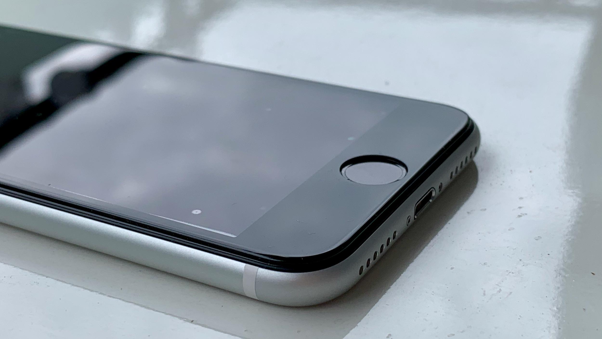 Tvrzené sklo pro iPhone SE nezklamalo [recenze]
