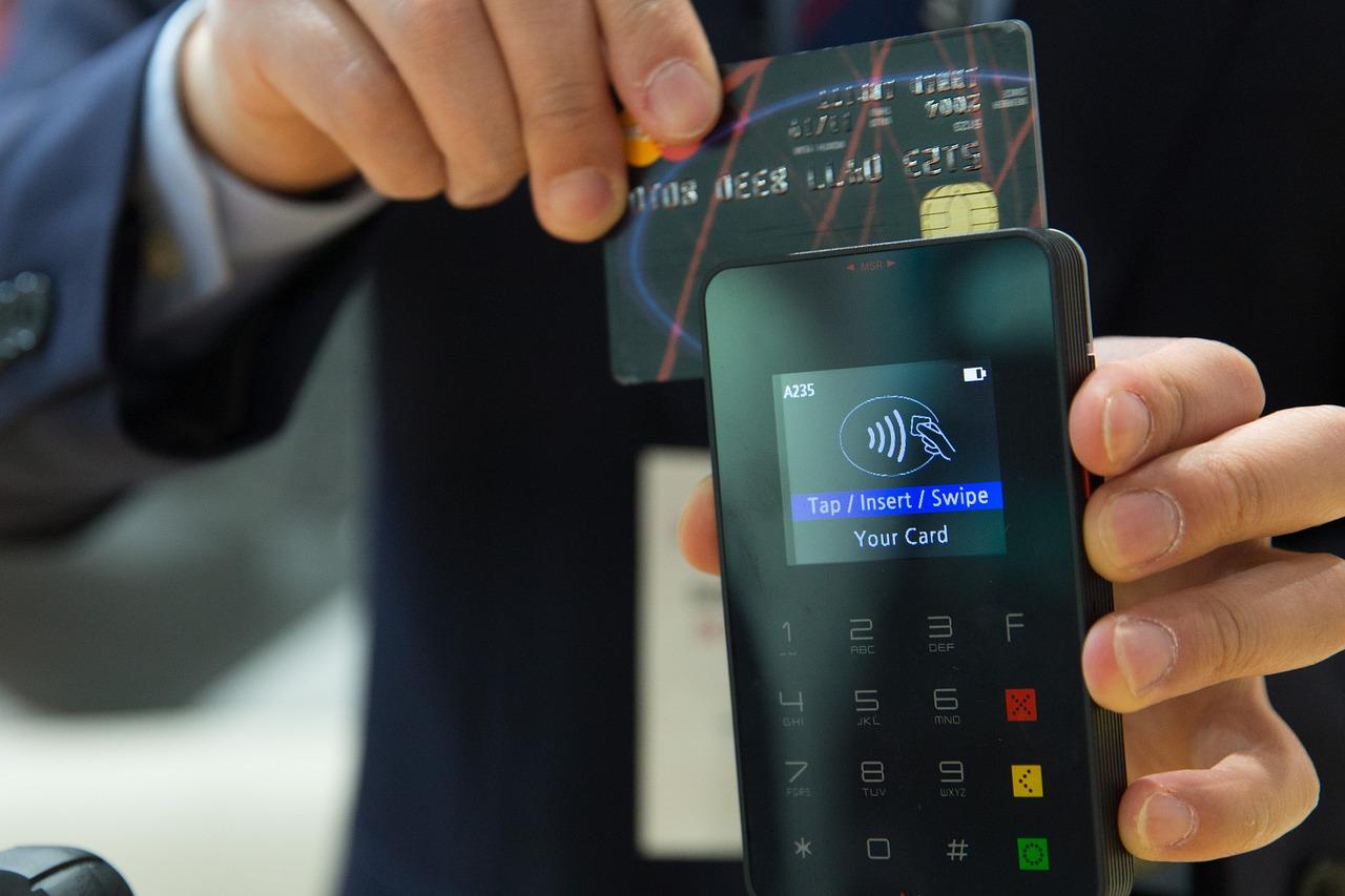 Magnetické proužky zmizí z platebních karet, nechť žijí čipy a NFC