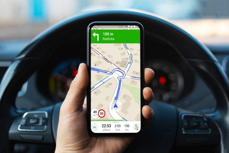telefon v aute sipka navigace 2 1800x1200x