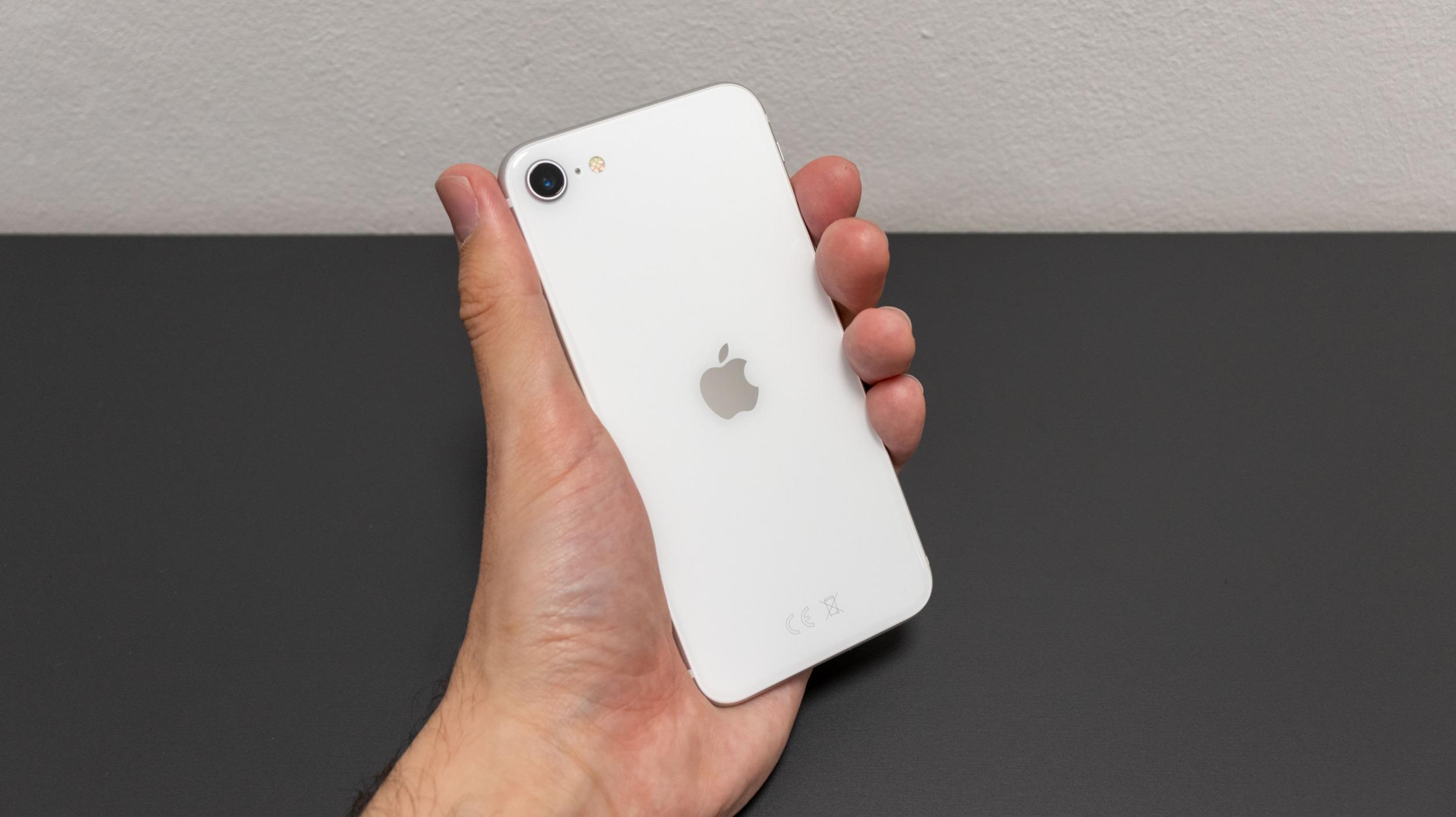 Apple odstranil nabíječku a sluchátka z balení iPhonu SE, XR a 11
